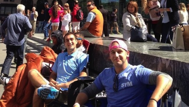 Apple Store Fifth Avenue: primi fan in fila per acquistare iPhone 5S/5C