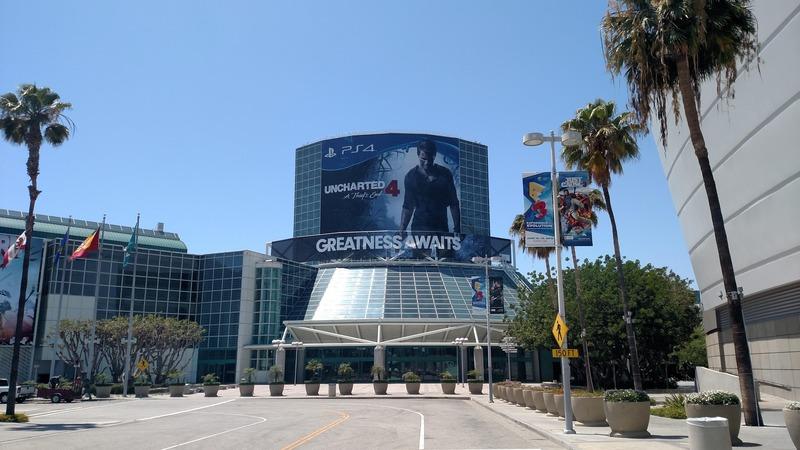 E3 2015: poster di Uncharted 4 all'ingresso del Convention Center di Los Angeles
