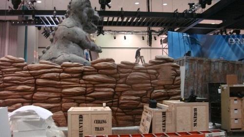 Un dinosauro gigante sorveglia lo stand della Bethesda