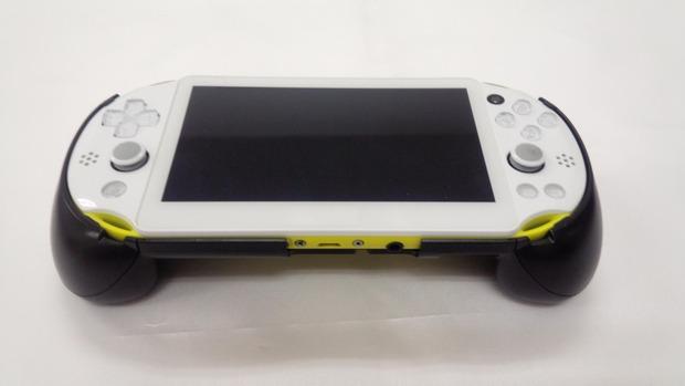 Un accessorio aggiunge i grilletti L2 e R2 alla PS Vita 2000