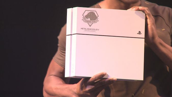 PlayStation 4 personalizzata per Metal Gear Solid 5 The Phantom Pain
