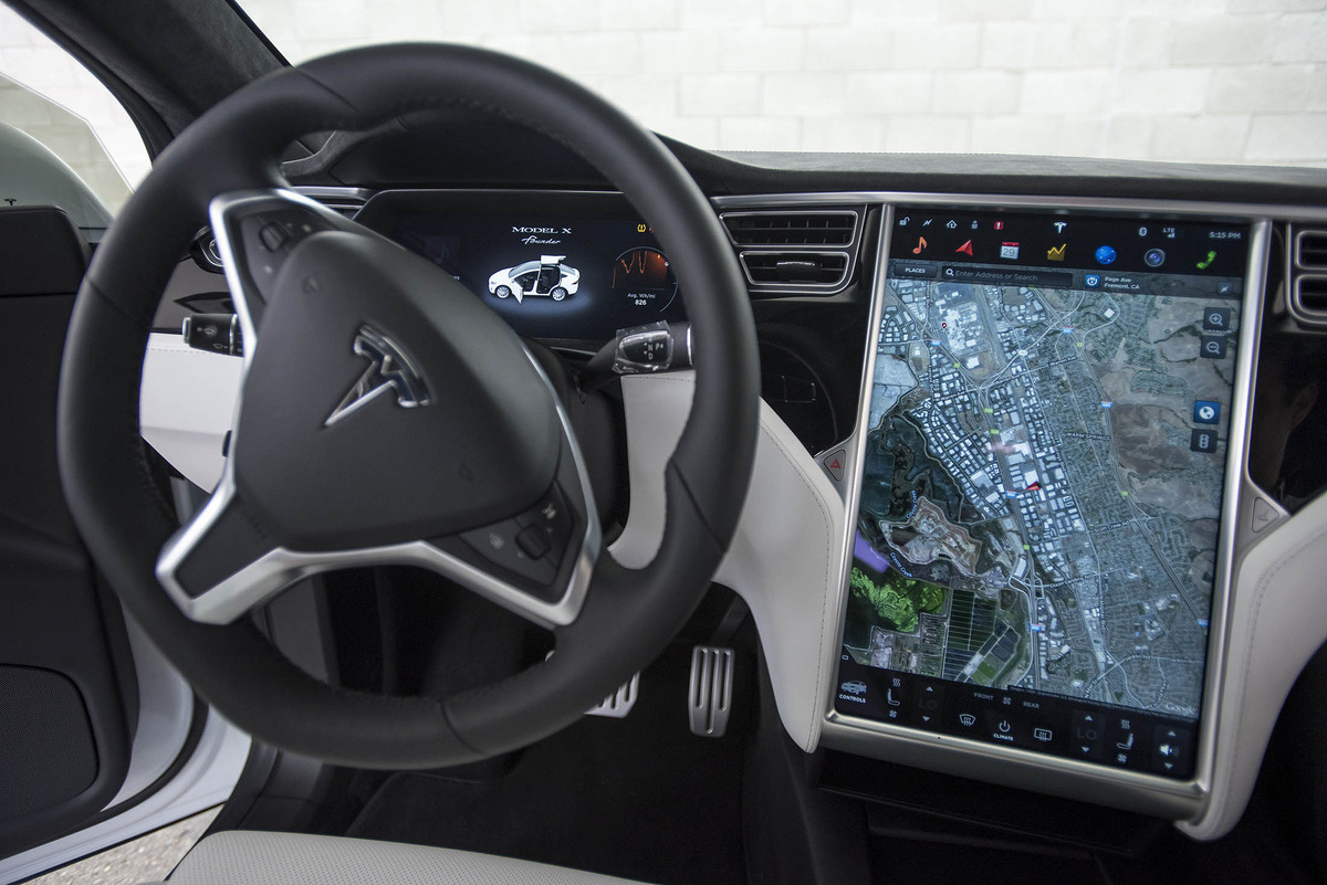 speciale tesla model x il suv del futuro everyeye tech. Black Bedroom Furniture Sets. Home Design Ideas